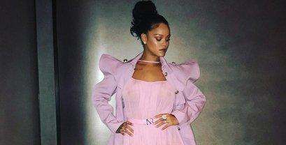 Рианна покорила фанатов невероятным платьем - фото 1