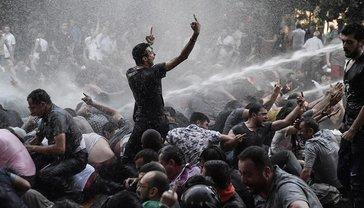 В Ереване противников Саргсяна сотнями задерживают силой, но выходят все новые митингующие - фото 1