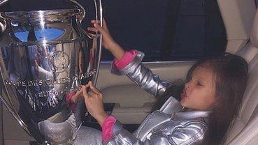 Падчерица Павелко с кубком Лиги чемпионов - фото 1