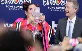 Нетта Барзилай сломала хрустальную награду за победу на Евровидении-2018 - фото 1