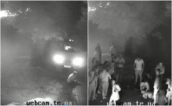 В Тернополе машина проехалась по мужчине, который сидел на бордюре (видео 18+) - фото 1