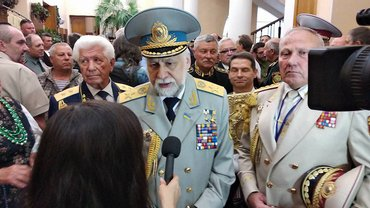 Гетман Кармазин дает интервью c серьезным лицом - фото 1