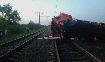 В Днепропетровской области фура упала с моста на железную дорогу - фото 1