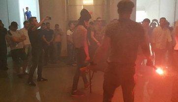 В Харькове горсовет забросали дымовыми шашками, одного из чиновников кинули в мусорный бак - фото 1
