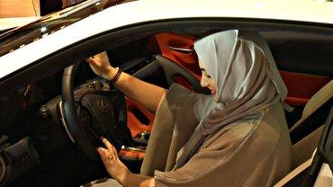 В Саудовской Аравии женщинам разрешили водить автомобиль - фото 1