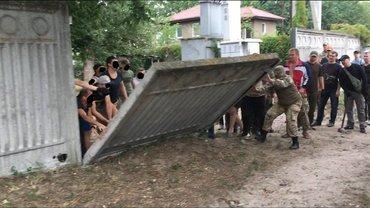 В Конча-Заспе участники АТО и националисты открыли детям доступ к Днепру - фото 1