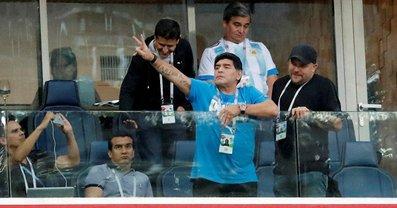 За неприличные жесты ФИФА лишила Марадону гонораров - фото 1