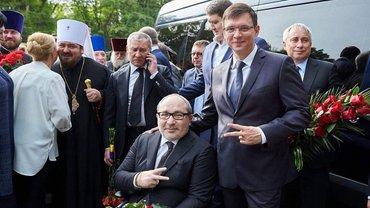 Кураев жестом показывает, что у него все будет хорошо - фото 1