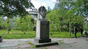 Памятник Пушкину в Золочеве ранее - фото 1