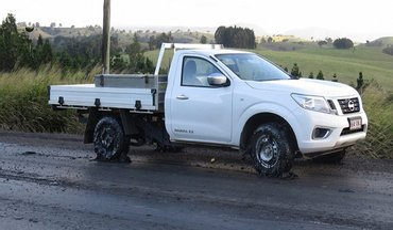 В Австралии автомобили застряли в расплавленном асфальте - фото 1