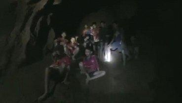 В Таиланде начали спасать детей и их тренера из пещеры - фото 1