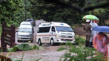 В Таиланде спасатели вытащили всех детей и тренера из пещеры - фото 1