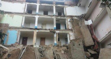 В Житомирской области из-за дождей обрушилось общежитие - фото 1