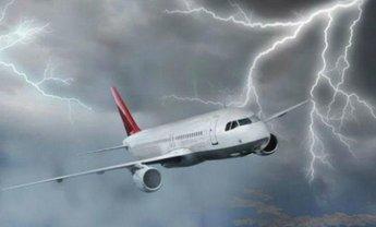 В самолёт, который летел в Россию, ударила молния - фото 1
