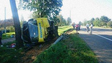 Автобус врезался в столб и перевернулся - фото 1