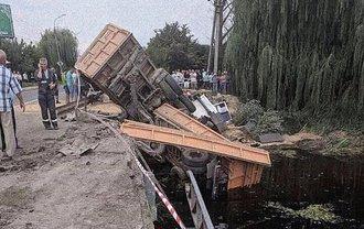 Под Хмельницким грузовик слетел с моста в реку - фото 1