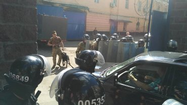 К Лукьяновскому СИЗО стянулись спецподразделения Нацгвардии и полиции - фото 1