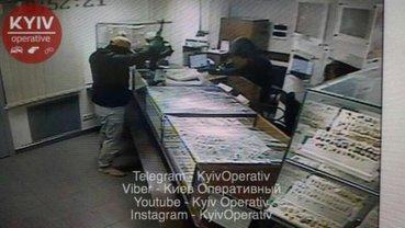 Трое злоумышленников совершили дерзкий налет на ювелирку в Киеве - фото 1