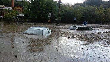 Во Львове прошел сильный ливень с грозой, затопило улицы - фото 1