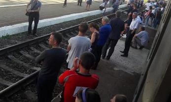"""Протестующие час задерживали поезда на станции """"Скнилов"""" - фото 1"""