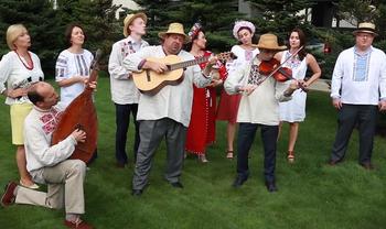 Работники посольства США порадовали ярким исполнением украинских песен - фото 1