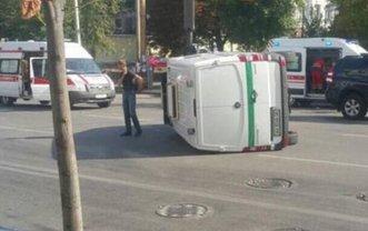 В Киеве посреди дороги перевернулся фургон инкассаторов - фото 1