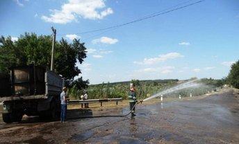 Спасателям пришлось разбавлять раствор, чтобы химические концентраты не попали в пруд - фото 1