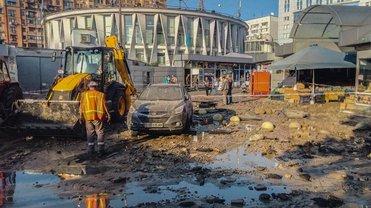 В Киеве на Печерской площади прорвало трубу с горячей водой - фото 1