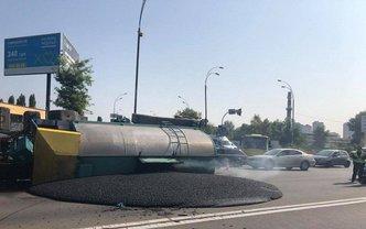 В Киеве перевернулась фура с асфальтом - фото 1