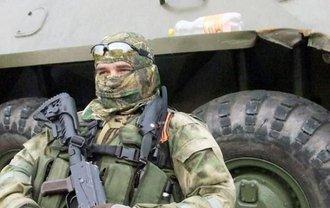 Российские террористы обыскивают всех на въезде в Луганск - фото 1