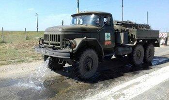 В Херсонской области отмывают дороги от кислоты - фото 1
