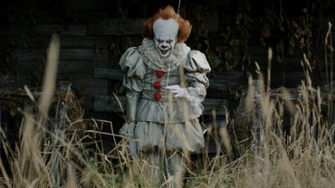 "Клоун Пеннивайз прогулялся по болоту на новых фото со съемок ""Оно 2"" - фото 1"