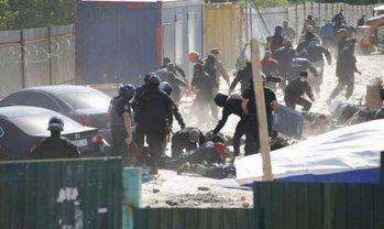 На Осокорках снова пытались снести забор возле скандальной застройки - фото 1