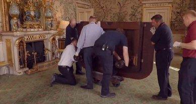 Елизавета II покидает Букингемский дворец - фото 1