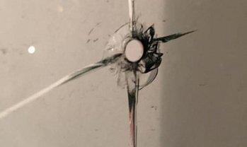 Пуля пробила остекление балкона на 20 этаже - фото 1