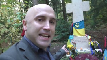 К кресту на могиле британец прикрепил баннер - фото 1