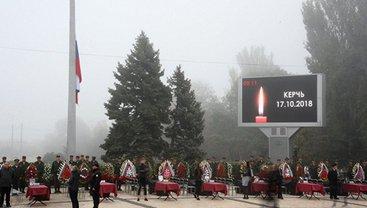 На центральную площадь Керчи вынесли 17 закрытых гробов с телами жертв - фото 1