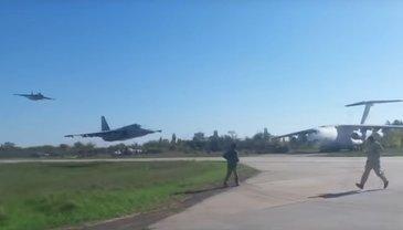 Украинские самолеты пролетают над взлетно-посадочной полосой на огромной скорости - фото 1