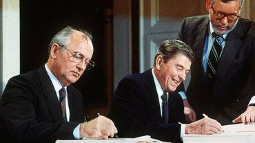 Горбачев и Рейган подписывают ДРСМД - фото 1