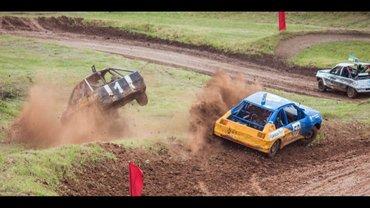 Гонки на выживание: в Кривом Роге во время гонок машина влетела в толпу - фото 1