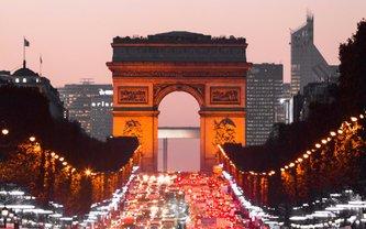 """""""Добро пожаловать, военные преступники"""" — Femen протестовали у Триумфальной арки в Париже - фото 1"""