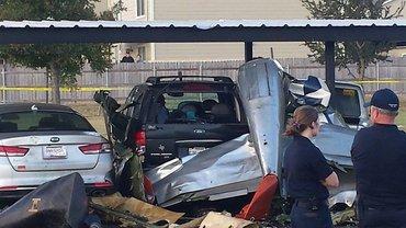 На автостоянке США разбился самолет - фото 1