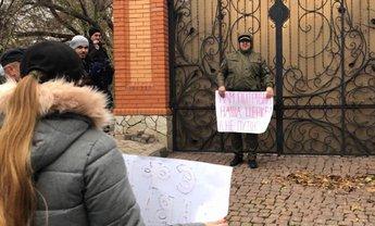 В Кривом Роге у дома митрополита УПЦ МП провели митинг - фото 1
