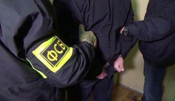 ФСБшники обыскивают дом Исмета Меметова - фото 1
