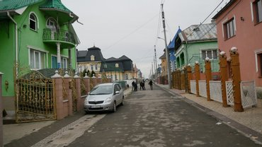 В богатейшем ромском селе Подвиноградов ромы напали на журналиста - фото 1