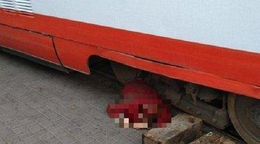 В Одессе под колеса трамвая попала пожилую женщину - фото 1