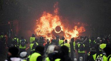 Во Франции задумались о чрезвычайном положении из-за протестов - фото 1