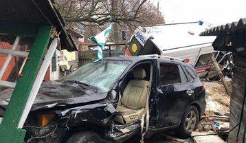В Житомире скорая врезалась в авто и дом - фото 1