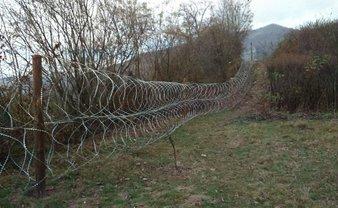 На Закарпатье установили километры колючей проволоки  - фото 1