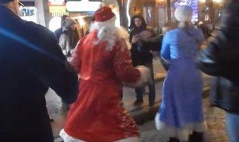 Деды Морозы устроили потасовку на глазах у ничего не понимающих прохожих - фото 1